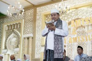KH. Taufiqul Hakim saat mempimpin demonstrasi wisuda Amtsilati